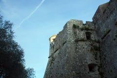 Форт du Mont Alban Башня известной крепости против голубого неба, славная, Франция стоковая фотография