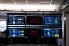форт Lauderdale, Флорида 12-ое ноября 2018: банк мониторов показывая прибытия и отклонения с центральными панелями желая путешест стоковая фотография