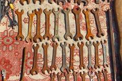 Форы и концы на стойле блошинного Ржавые инструменты стоковая фотография