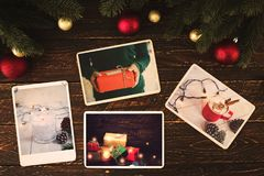 Фотоальбом в памяти и ностальгия в зиме рождества приправляют на деревянной таблице Стоковые Фотографии RF