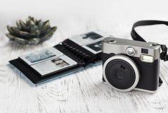 Фотоальбом с изображениями и винтажной камерой Стоковые Фотографии RF