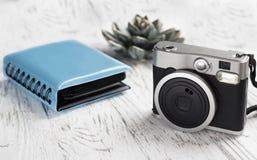 Фотоальбом с изображениями и винтажной камерой Стоковое Фото
