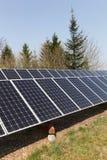 Фотовольтайческие панели солнечных батарей в поле Стоковые Изображения