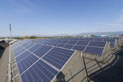 Фотовольтайческая электрическая станция солнечной энергии Стоковые Фотографии RF