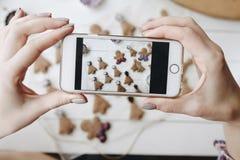 Фотографировать десерты пряника с телефоном стоковая фотография rf