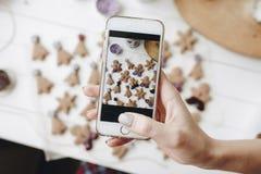 Фотографировать домодельные печенья с телефоном стоковое изображение rf