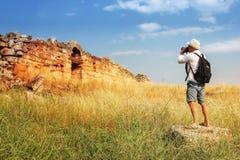 Фотографировать привлекательности человек фотографирует руины древнего города Hierapolis Турция стоковая фотография