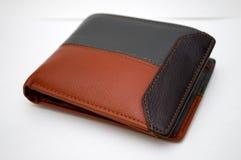 Фотографировать черный и коричневый бумажник на белой предпосылке Стоковое Изображение RF