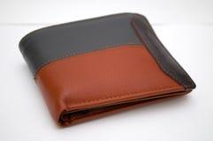 Фотографировать черный и коричневый бумажник на белой предпосылке Стоковая Фотография RF