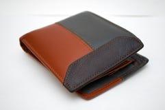 Фотографировать черный и коричневый бумажник на белой предпосылке Стоковое Изображение