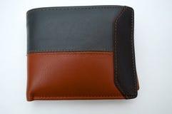 Фотографировать черный и коричневый бумажник на белой предпосылке Стоковые Фото