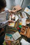 Фотографирующ процесс рисовать изображения в акварели Мобильный телефон удерживания маленькой девочки художника и фото принимать стоковые изображения