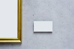 Фотография в золотой рамке в современной галерее Стоковая Фотография RF