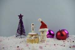 Фотография еды рождества используя зефиры сформированные как снеговик и положение в снеге с тортом и безделушками cream губки fai Стоковые Изображения
