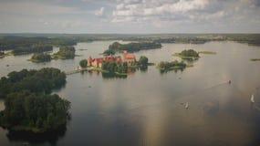 Фотография замка острова Trakai от трутня стоковое изображение