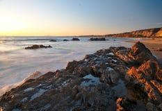 Фотография ландшафта пляжа долгой выдержки, на побережье Сан-Диего южной Калифорнии, кристаллическая бухта, Санта-Барбара, с tide Стоковое фото RF