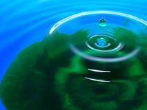 Фотография макроса падений падения/чернил воды голубого зеленого цвета брызгает и пульсации, влажный, схематические для экологиче Стоковое фото RF