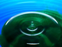 Фотография макроса падений падения/чернил воды голубого зеленого цвета брызгает и пульсации, влажный, схематические для экологиче Стоковая Фотография