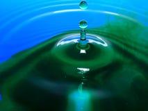 Фотография макроса падений падения/чернил воды голубого зеленого цвета брызгает и пульсации, влажный, схематические для экологиче Стоковые Фотографии RF