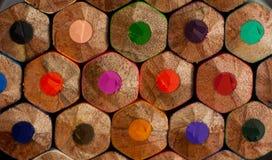 Фотография макроса покрашенных карандашей заднее фото карандашей стоковая фотография rf