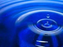 Фотография макроса синего падения воды/падений чернил брызгает и пульсации, влажный, схематические для экологического, консерваци Стоковые Фото