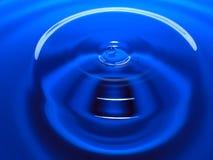 Фотография макроса синего падения воды/падений чернил брызгает и пульсации, влажный, схематические для экологического, консерваци Стоковые Изображения RF