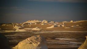 Фотография ночи абстрактных скульптур горных пород природы aka в белой пустыне, Сахаре, Египте Стоковое Изображение RF