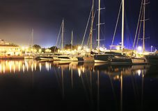 Фотография ночи парусников Alimos Греции стоковые изображения