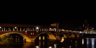 Фотография ночи Ponte Coperto Павии, исторического buil стоковое изображение