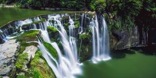 Фотография долгой выдержки водопада Shifen на солнечном дне в районе Pingxi, новом Тайбэе, Тайване Стоковая Фотография