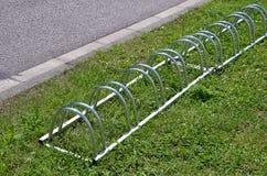 Фотография стойки металла велосипеда на траве Стоковое Изображение