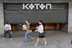 Фотография улицы Бухареста - квадрат Unirii - магазин Koton стоковые фотографии rf