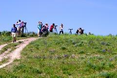 Фотографы снимая na górze холма Стоковое Изображение RF