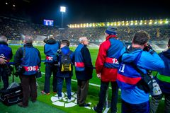 Фотографы фотографируют на спичке Liga Ла между CF Villarreal и FC Barcelona на стадионе El Madrigal Стоковое фото RF