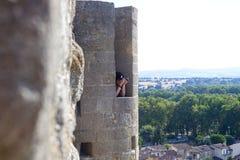 Фотограф в башне города Каркассона принимая фото Стоковое Изображение RF