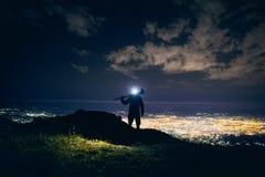 Фотограф в горах вечером стоковое фото rf
