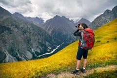 Фотограф в горах стоковая фотография