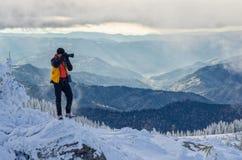 Фотограф в горах Стоковое Фото
