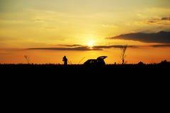 Фотограф в заходе солнца Стоковая Фотография RF