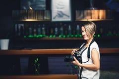 Фотограф девушки в ресторане Стоковое фото RF