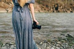 Фотограф девушки на реке с photoapart в руках Стоковые Изображения RF