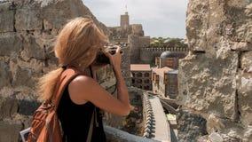 Фотограф девушки фотографируя в замке Rabati Стоковое Изображение