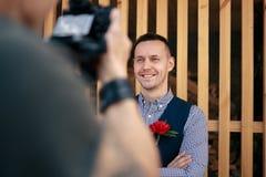 Фотограф девушки фотографируя свадьбу в Праге на фоне Стоковое Фото