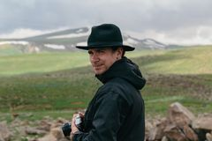 Фотограф держит камеру в руках армянских гор стоковые фотографии rf