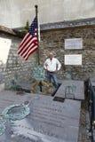 Фотограф Джо Sohm стоит на надгробной плите маркиза Лафайета генерала и его жены, кладбища Picpus исторического, sho Парижа, Фран Стоковые Фотографии RF