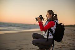 Фотограф девушки фотографируя с камерой SLR Стоковые Изображения RF