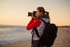 Фотограф девушки фотографируя с камерой SLR Стоковое Изображение