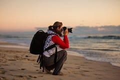 Фотограф девушки фотографируя с камерой SLR Стоковая Фотография RF