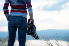 Фотограф держа камеру, конец-вверх Задний взгляд, селективное focu стоковые изображения rf