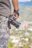 Фотограф держа камеру outdoors стоковые фотографии rf